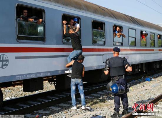 本地时刻2015年9月18日,克罗地亚Tovarnik火车站,移民延续从塞尔维亚涌入欧友邦家。