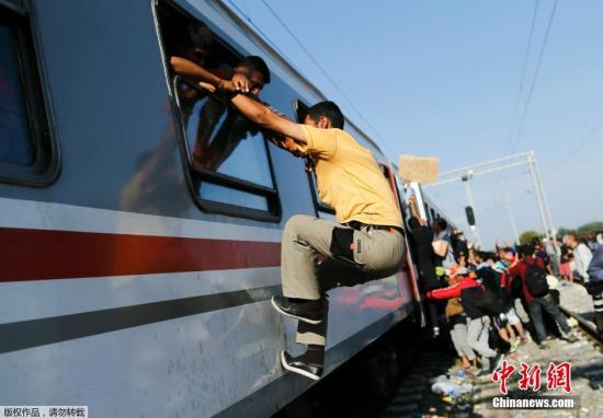 当地时间2015年9月18日,克罗地亚Tovarnik火车站,移民持续从塞尔维亚涌入欧盟国家。从16日开始,超过11000名难民从塞尔维亚进入克罗地亚。迫于压力,克罗地亚17日宣布,关闭7个边境通道,目前只剩下1个入口保持开放。克罗地亚内政部发表声明称,道路交通已被封锁,何时重新开放需等待进一步通知,克罗地亚已经人满为患。