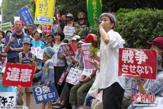 本地时刻2015年9月19日,日本东京,大众反对日本强行为过安保法案。