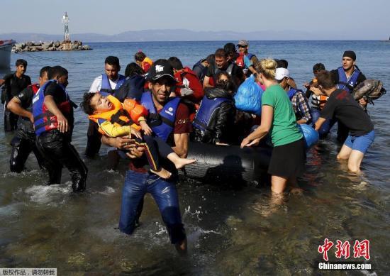 当地时间2015年9月20日,大批的难民选择从海上偷渡到土耳其,超载的船只在海上漂泊,救援人员抛下绳索解救了这一船的难民。