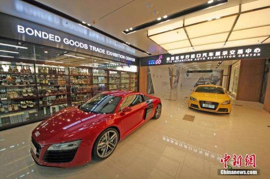 资料图:天津自贸区中心商务片区环球购商业街。 中新社发 佟郁 摄