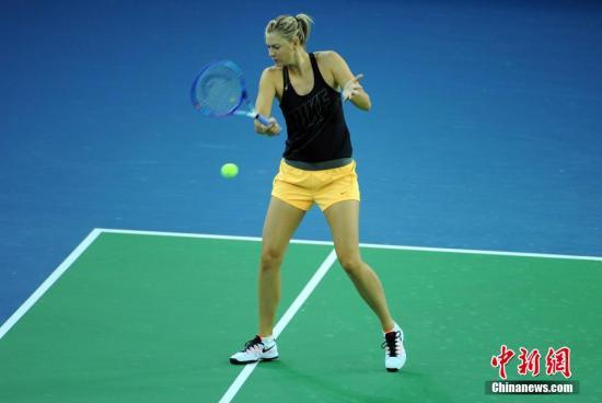 9月25日晚,俄罗斯名将莎拉波娃在新建的中央球场进行适应性训练。当日,2015年WTA武汉网球公开赛在武汉光谷国际网球中心开赛。<a target='_blank' href='http://www.chinanews.com/'>中新社</a>记者 张畅 摄