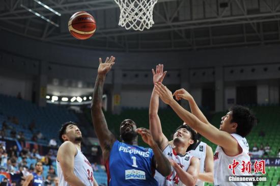 菲律宾队也将在归化球员的带领下全力冲击出线名额。(资料图:图为布拉切代表菲律宾在亚锦赛比赛中。a target='_blank' href='http://www.chinanews.com/'中新社/a记者 杨华峰 摄)