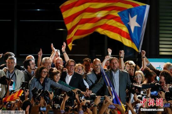 加泰罗尼亚自治区政府主席Artur Mas(中)与同事庆祝他们的政党在投票结果中遥遥领先。