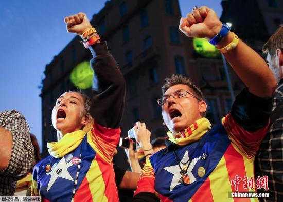 支持独立的民众身穿加泰罗尼亚旗特色的衣服,庆祝投票结束。