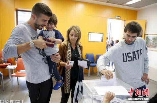 当地时间9月27日,西班牙巴塞罗那,加泰罗尼亚地方议会选举举行。根据投票结果,分离派大比分领先,他们主张加泰罗尼亚区从西班牙中央政府的管辖分离出来,形成自己的政府主权。当天,巴塞罗那球员皮克也携幼子参与了投票。