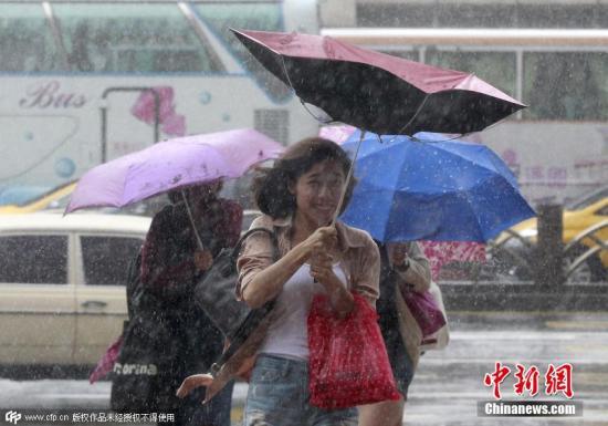 """9月28日9时,台湾气象部门再次发布海上陆上台风警报,超强台风""""杜鹃""""暴风圈已进入台湾东半部近海,将对全台各地及澎湖、马祖构成威胁。该部门人士表示,""""杜鹃""""的台风中心预估在28日21时前后从宜兰、花莲一带登陆,29日清晨将移至台湾海峡。因此,28日下午到29日上午将是台风影响最强的时段。图为台北民众出行受阻。图片来源:CFP视觉中国"""
