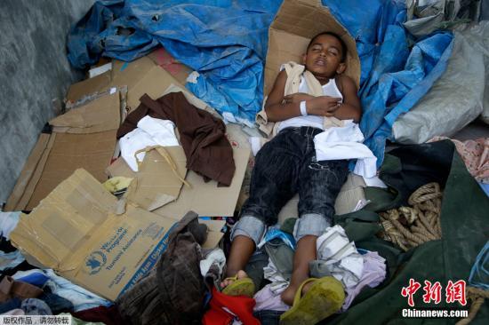 1000名叙利亚难民乘包机抵达英国 英首相履行承诺