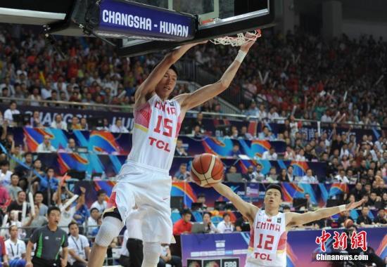原料图:2015年亚锦赛,中国男篮重夺亚洲冠军。杨华峰 摄