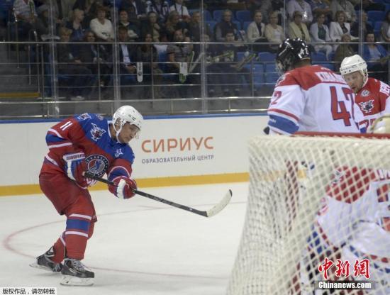 """当地时间10月7日是俄罗斯总统普京的63岁生日。许多国家领导人及俄罗斯各界人士纷纷向普京表示祝贺。普京本人则选择在索契参加一场冰球赛为自己庆生。普京生日当天在索契冰球中心与著名冰球运动员展开竞技。年满63岁的普京,依照传统身穿带有""""夜间冰球联赛""""标志的红白蓝三色11号球衣上场。在第一阶段比赛中,普京上演了帽子戏法,打进三球将比分扳平,后来,他又打进两球。最终,普京总统所在的明星队以15:10获胜。普京共打进7个球。"""