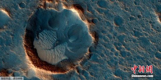 资料图:NASA公布的火星高清图片,展示了火星南部巨大平原及沙丘的面貌。