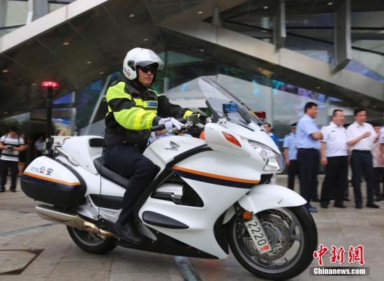 10月10日,海南三亚,中国国内首支旅游警察队伍――三亚市公安局旅游警察支队在三亚市民游客中心正式挂牌成立。图为三亚旅游警察。 中新社记者 尹海明 摄