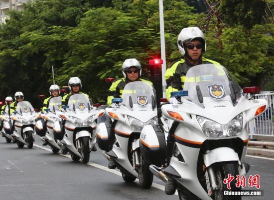 10月10日,海南三亚,中国国内首支旅游警察队伍――三亚市公安局旅游警察支队在三亚市民游客中心正式挂牌成立。图为三亚旅游警察。 记者 尹海明 摄