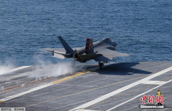 """当地时间10月9日,美国海军在核动力航母""""艾森豪威尔""""号上成功进行了最新的F-35C""""闪电Ⅱ""""型隐形战机的海试。F-35战机属美国海军首种隐形战机,每架成本约1.16亿美元,将于2018年装备美军。"""