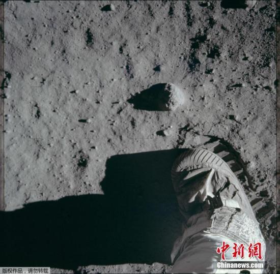 阿波罗11号月球表面舱外活动中,一名宇航员的脚步和足印。