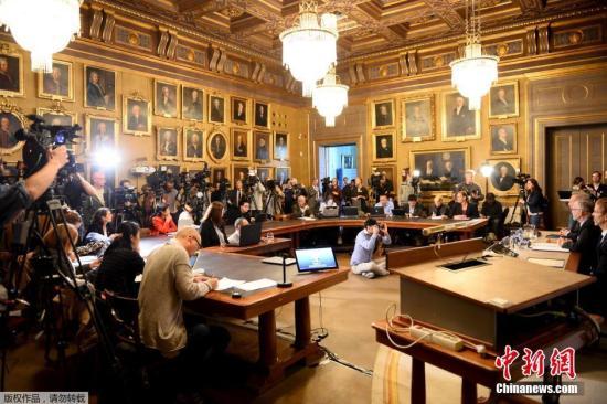 当地时间10月12日,瑞典皇家科学院常任秘书长Goeran K Hansson宣布安格斯·迪顿(Angrus Deaton)获得2015年诺贝尔经济学奖。据诺贝尔奖官网的最新消息,诺贝尔奖评选委员会于当地时间12日下午1时,在瑞典斯德哥尔摩的瑞典皇家科学院揭晓了2015年诺贝尔经济学奖得主。