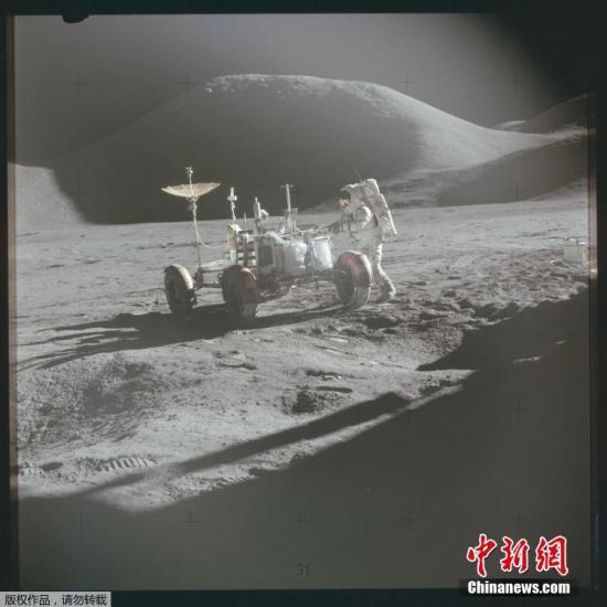 材料图:1971年7月,阿波罗15号使命中,宇航员年夜卫斯空关运转月球探月车。