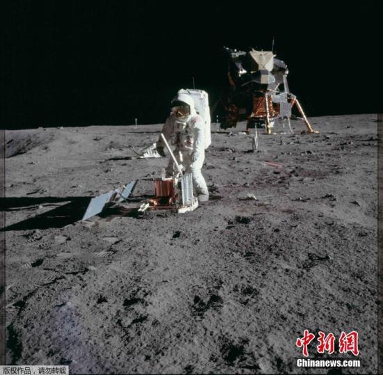资料图片:阿波罗11号宇航员奥尔德林在月球表面行走,安置一个科研包裹。