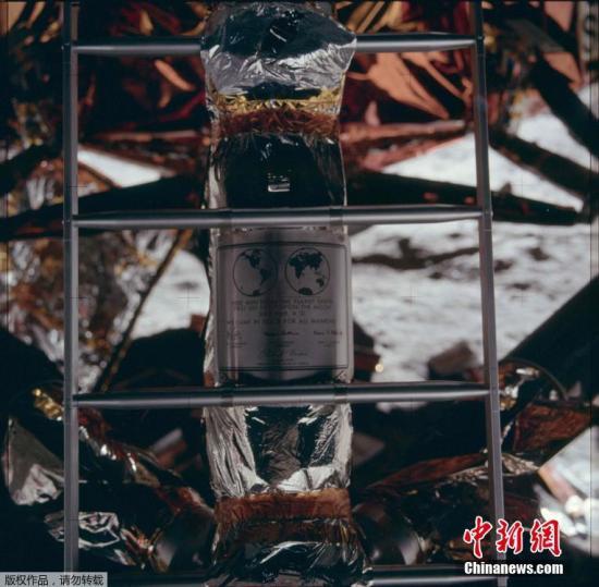 资料图:1969年7月20日,阿波罗11号宇航员留在月球上的标志,纪念历史性的登月任务。