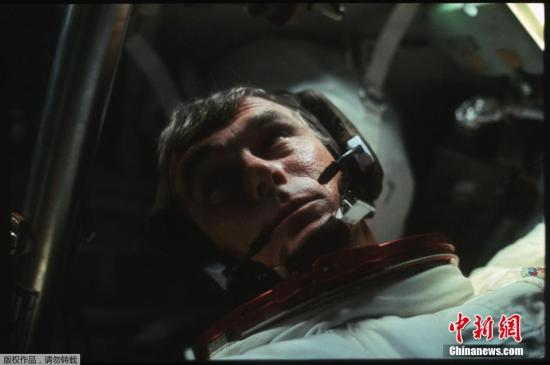 资料图:1972年12月,阿波罗17号宇航员尤金・塞尔南在太空中。