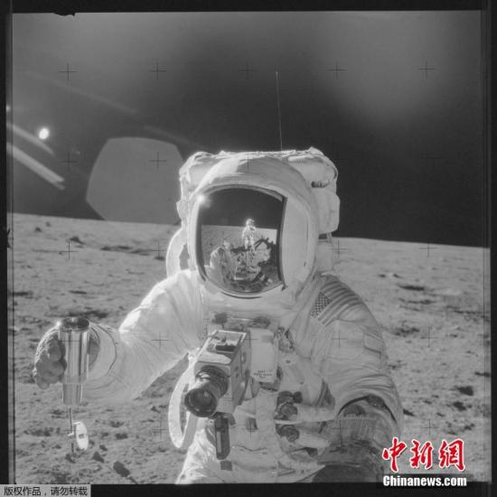 资料图:1969年11月19日,阿波罗12号宇航员艾伦・宾收集月球土壤。