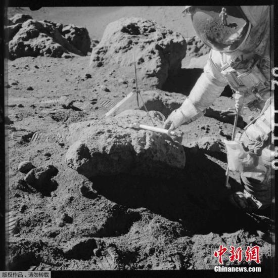 1971年7月,阿波罗15号宇航员Dave Scott正在哈德利沟陨边沿停止采样。