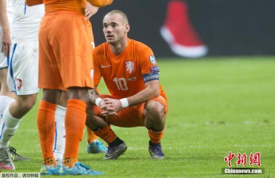 资料图:2015年,荷兰队31年来首度无缘欧洲杯正赛,施内德的脸上写满遗憾。