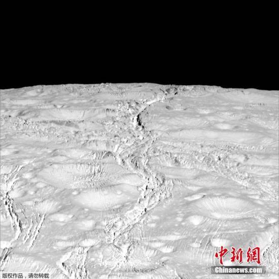 资料图:NASA曾称,在土卫二表面覆盖的冰层之下,有一片包裹着整个卫星巨大的海洋。这次卡西尼号从卫星北极略过,是人类第一次有机会近距离观测土卫二北极地区。