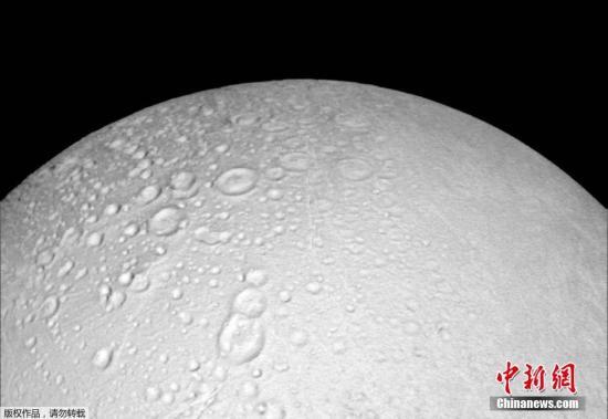 当地时间10月14日,NASA的卡西尼(Cassini)探测器拍摄土星卫星恩克拉多斯的北极图片,土卫二北极巨大的地表裂缝非常抢眼。这是卡西尼号最后三次土星观测任务中的第一次。卡西尼号自2004年进入土星轨道之后就已经进行了数次土卫二飞越,并带来了重大发现,如发现含有冰和甲烷的羽状喷流、地下海洋可能存在生命体。但是,这些发现都是在星球的南极区域。所以现在,NASA希望卡西尼号在退休之前可以带他们去一探土卫二的北极区域。