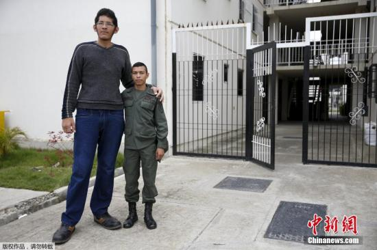 罗德里格斯与他24的哥哥Wilmer合影。因为脑垂体过度发达,他比同龄人都生长发育地快,他的身高目前也达到了不可思议的2.2米。