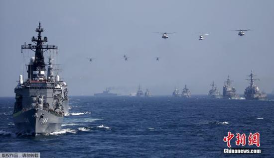 """資料圖:日本海上自衛隊""""鞍馬號""""護衛艦(左前)。"""