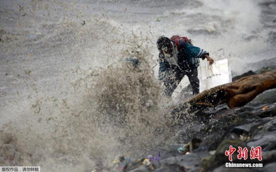 """本地时刻10月18日清晨,飓风""""巨爵""""挟带强风登岸菲律宾吕宋岛北部卡西古兰(Casiguran),沿岸数千住民曾经分散。"""