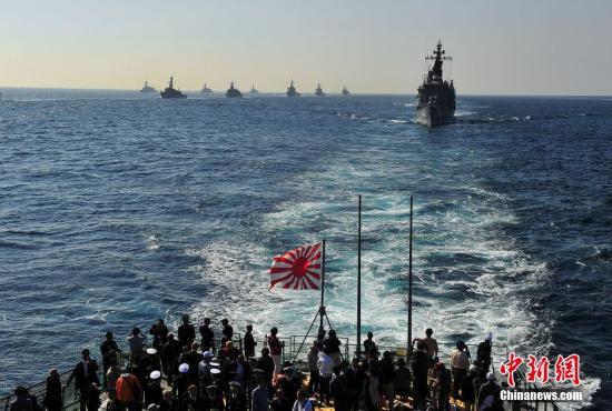 """资料图:三年一度的日本自卫队海上""""观舰式""""在相模湾举行。王健 摄"""