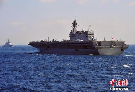 """资料图:日本自卫队海上""""观舰式""""在相模湾举行,当天的这个大规模海上阅兵活动堪称精锐尽出,刻意展示日本包括最新装备在内的海上军事实力。王健 摄"""