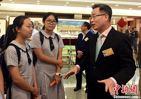 图为外交公署特派员宋哲(右)勉励参观学生多了解国家发展和中国外交,共同为香港繁荣稳定作出努力。/p中新社记者 张宇 摄