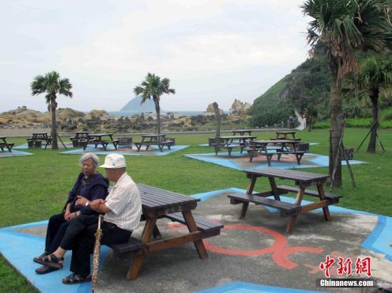 原料图:台湾老人来到位于基隆的和平岛海角笑园登高看远。中新社记者 任海霞 摄