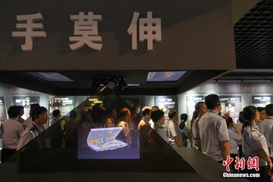 海南省反腐倡廉警示教育基地参观受教。洪坚鹏 摄