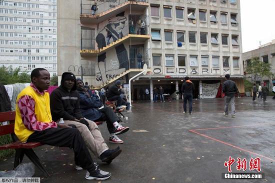 近日,巴黎行政法院评估校舍环境不佳,命令移民于一个月内迁出,否则强制驱离。巴黎市政府打算把校舍改建成提供过夜的临时住所,而非能够长期协助难民的收容中心。