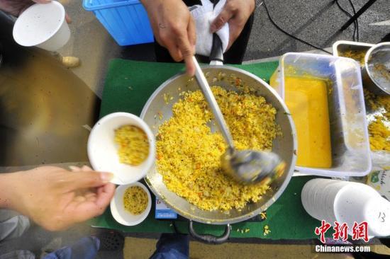 """资料图:10月23日,扬州4192公斤""""最大份炒饭""""刷新吉尼斯世界纪录。孟德龙 摄 图片来源:视觉中国"""