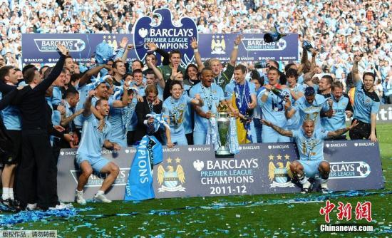 曼城球员庆祝夺得2011-12赛季的英超冠军。