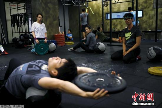 为了拥有美好身材努力锻炼的学员们。