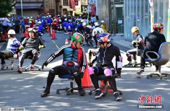 """当地时间10月25日,日本东京上班族参加""""办公椅""""赛跑比赛。比赛时长两小时,每队3人,本次大赛共有31个队,约93人参赛。"""