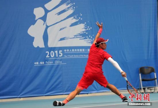 10月25日,中国首届青运会男子网球单打比赛在福州海峡奥体中心网球馆举行,选手在场上击球的瞬间如同武术招式一样精彩。最终,来自北京海淀的特日格乐击败了来自杭州的吴易�m获得冠军,南昌队吴昊获铜牌。吕明 摄