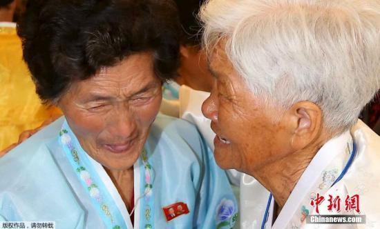 当地时间10月24日,朝韩离散家属第二轮团聚活动在韩国江原道固城举行。共有254名韩方家属参加第二轮团聚活动,第二轮团聚活动从24日持续至26日。