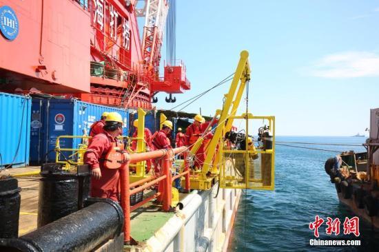 韩国世越号沉船打捞。 中新社记者 申海 摄