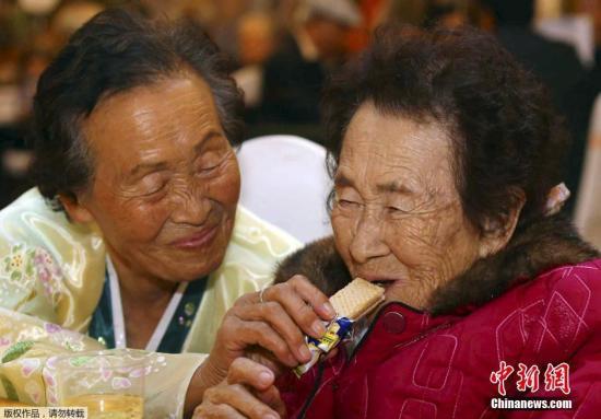 当地时间2015年10月24日,朝鲜金刚山,朝韩离散家属第二轮团聚活动在当地举行。