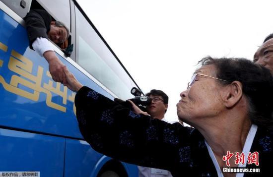 材料图:2015年10月26日,第20次韩朝离散家族聚会活动完毕,韩方离散家族与朝方亲属在朝鲜金刚山共进午餐后,于下午经过陆路回来韩国。