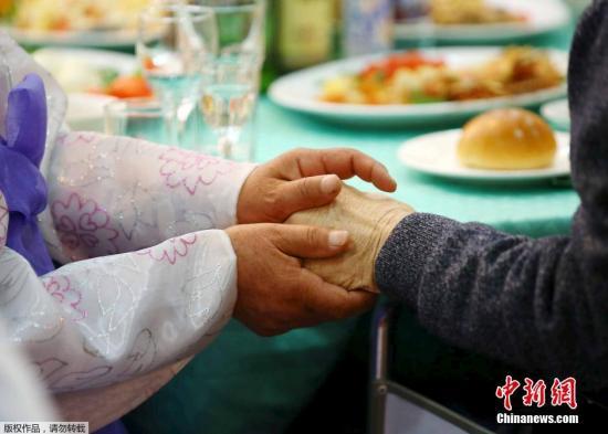 当地时间2015年10月24日,朝鲜金刚山,朝韩离散家属第二轮团聚活动在当地举行。据悉,共有254名韩方家属参加第二轮团聚活动,第二轮团聚活动从24日持续至26日。朝鲜金刚山饭店举行,韩方离散家属255人和朝方的188人骨肉相聚。韩朝离散家属在活动中的会面顺序为集体会面、欢迎晚宴、个别会面、团体会面和道别,每个流程各2小时,家属们将有12个小时的时间与亲人相见。