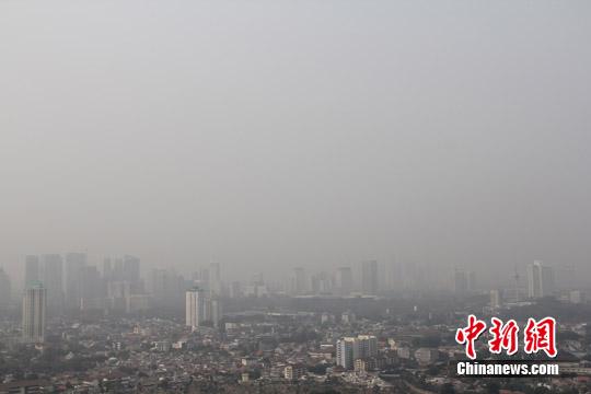 资料图:2015年,雅加达市中心连日来笼罩在烟霾之中。中新社记者 顾时宏 摄