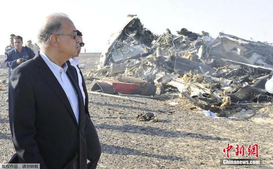 当地时间2015年10月31日,埃及西奈中部El Arish附近,埃及总理谢里夫・伊斯梅尔视察俄罗斯客机坠毁地点。